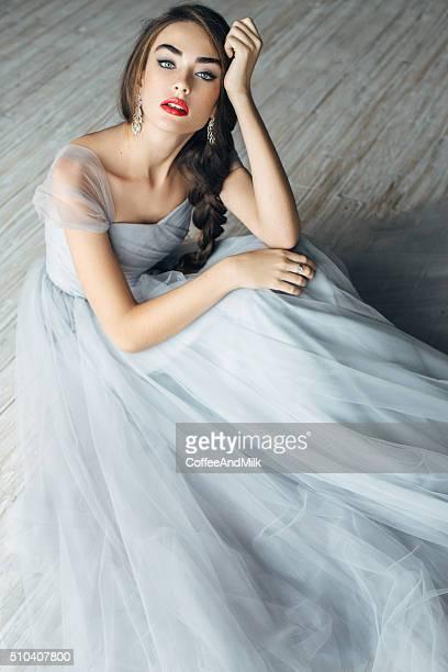 Foto de estudio del joven hermosa novia