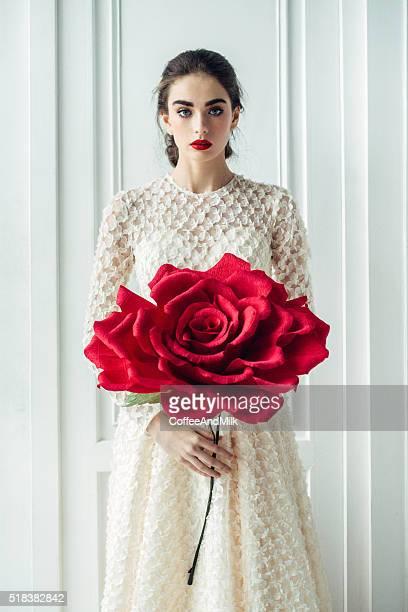 Fotografia di Studio di giovane bella sposa con bella rosa