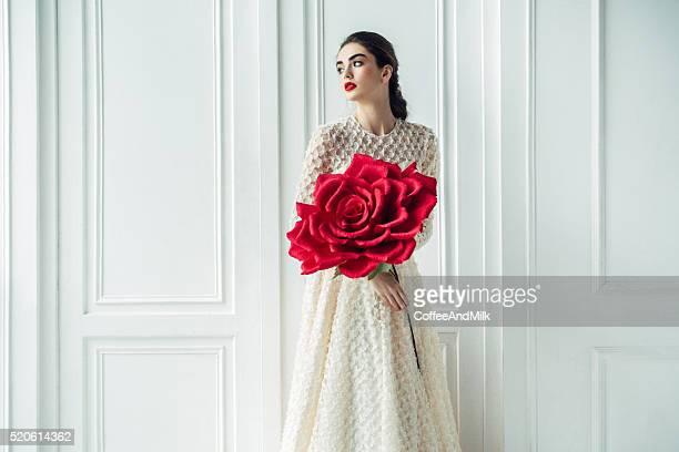 Foto de estudio del joven hermosa novia con color rosa grande