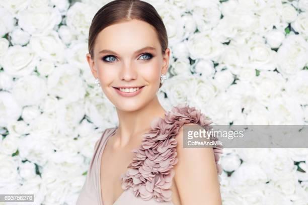 Studioaufnahme der junge schöne Frau Wand Blumen