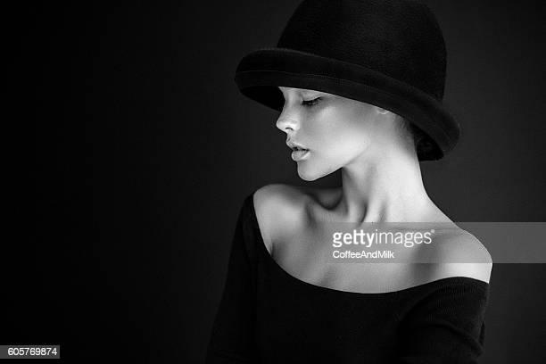 Studioaufnahme der junge schöne Frau im retro-Stil