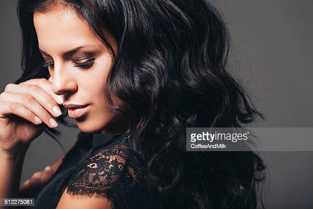 Studioaufnahme der junge schöne Frau auf dunklen Hintergrund