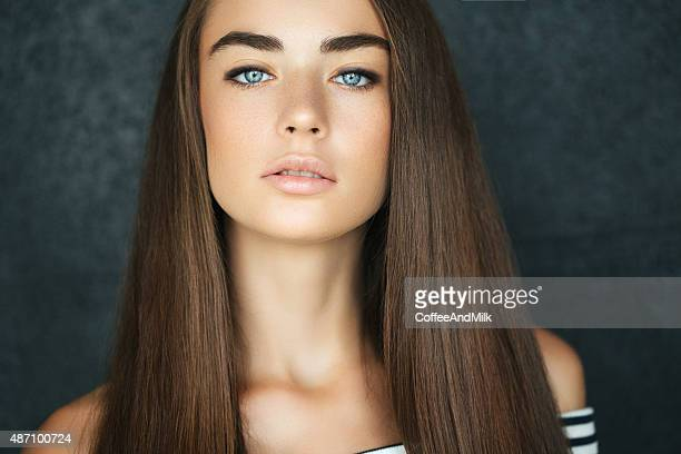 studio shot of young beautiful woman - steil haar stockfoto's en -beelden