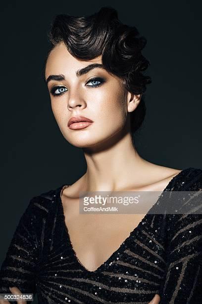 colpo di studio di giovane splendida donna - alta moda foto e immagini stock