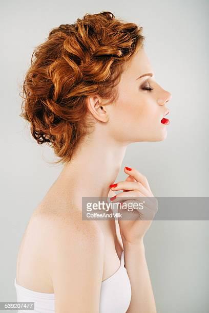 prise de vue en studio de jeune belle femme - cheveux tressés photos et images de collection