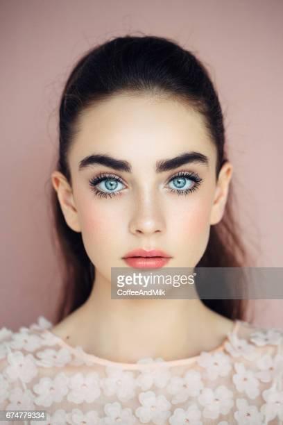 prise de vue en studio de jeune belle femme - brune aux yeux bleus photos et images de collection