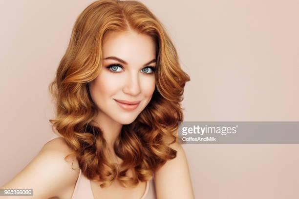 foto de estúdio de um jovem mulher bonita - cabelo ruivo - fotografias e filmes do acervo
