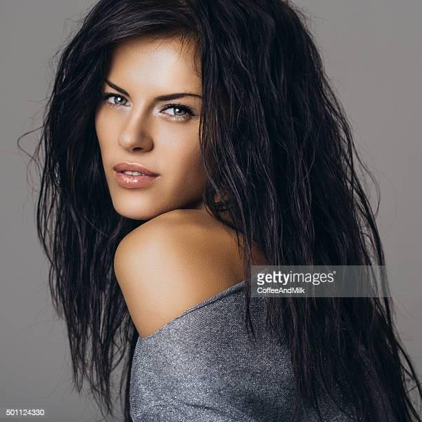 foto de estúdio de um jovem mulher bonita com cabelo perfeito - cabelo preto - fotografias e filmes do acervo