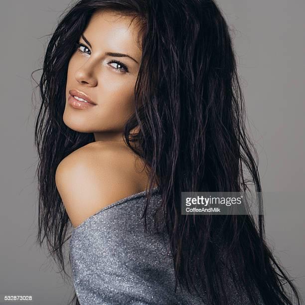 Studioaufnahme der junge schöne Frau mit Perfekte Frisur