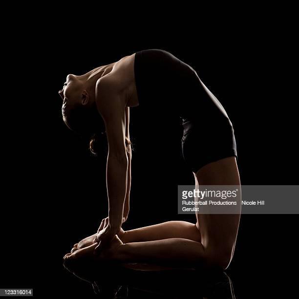 studioaufnahme der junge frau üben yoga. die - human body part stock-fotos und bilder