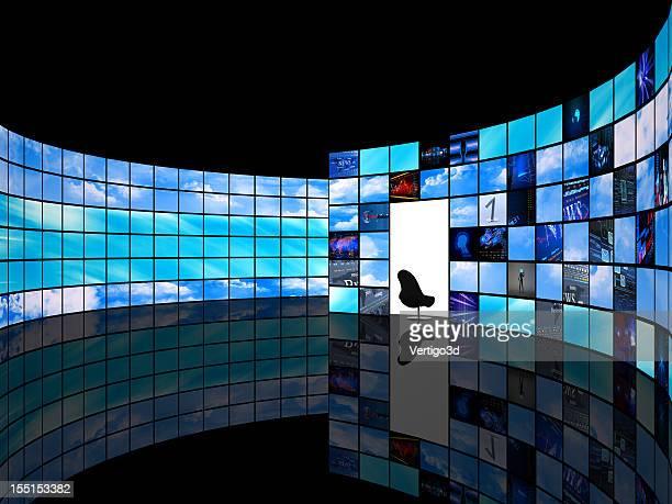 Studio TV avec mur d'écrans