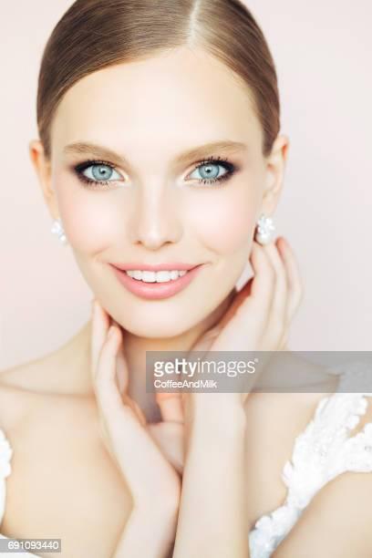 Studioshot van jonge mooie bruid op lichte achtergrond