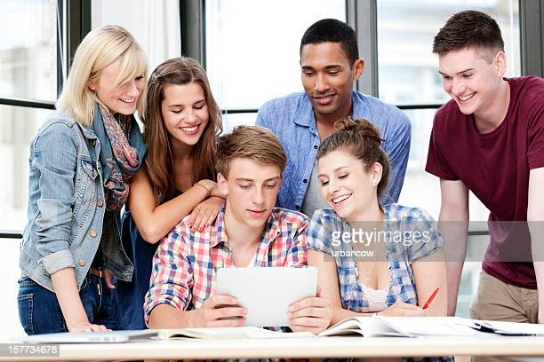 Arbeitszimmer Gruppe, die einen tablet PC