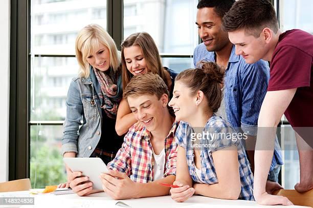 groupe de travail avec tablette numérique - groupe moyen de personnes photos et images de collection