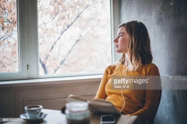 studieren in café - introspektion stock-fotos und bilder
