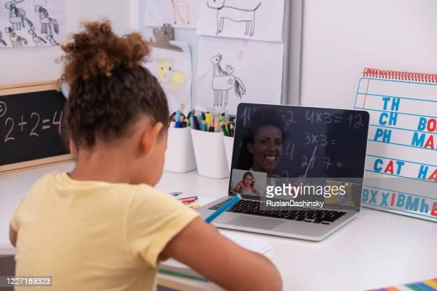 étudier en ligne. apprentissage à distance. utilisation de la vidéoconférence dans l'éducation. - vie scolaire photos et images de collection