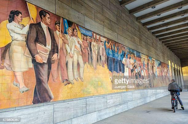 studying socialist mural in berlin - koude oorlog stockfoto's en -beelden