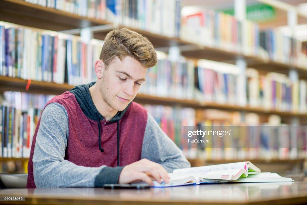 Studium mit einem Lehrbuch : Stock-Foto