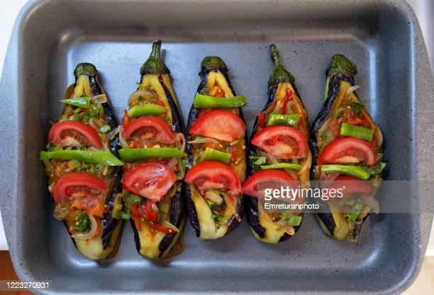 stuffed eggplants in an oven pan ready for cooking. - emreturanphoto stockfoto's en -beelden