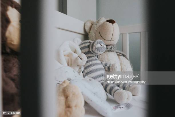 stuffed toy animals in cot bed - ashford kent - fotografias e filmes do acervo