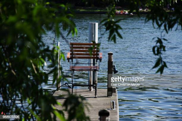 stuhl am wasser - wasser stock pictures, royalty-free photos & images