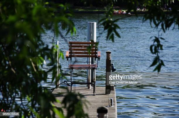 Stuhl am Wasser