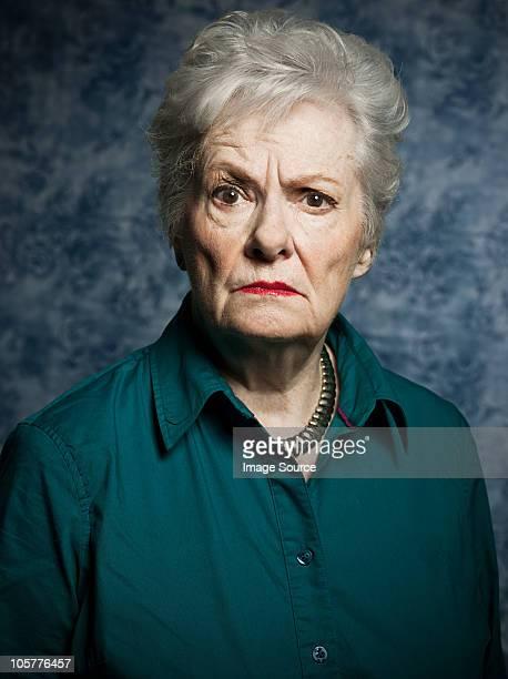 Die Studio Porträt von Wütende senior Frau