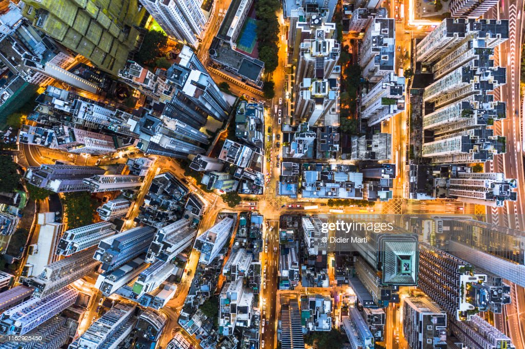 Stunning aerial view at night of the very crowded Hong Kong island streets : Stockfoto