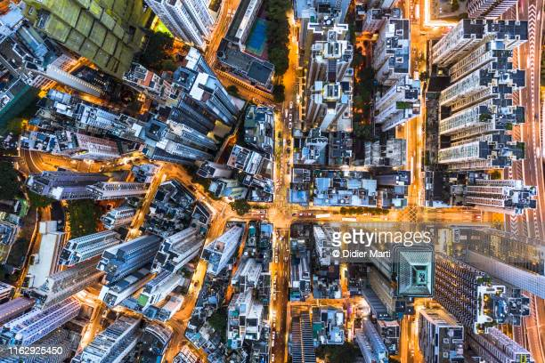 stunning aerial view at night of the very crowded hong kong island streets - luchtfoto stockfoto's en -beelden