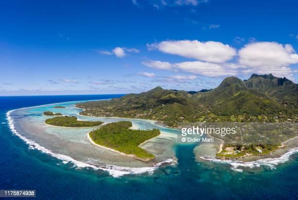 stunning aerial view of the muri beach and lagoon, in rarotonga in the cook island. - isole cook foto e immagini stock