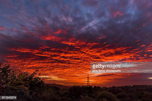 stunning dusk sky over manchester. northwest england. uk. europe. - altocumulus stockfoto's en -beelden