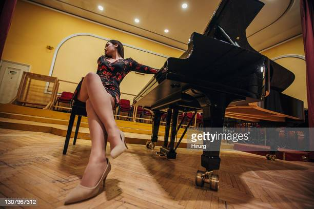 stunning female pianist - classical musician stock pictures, royalty-free photos & images