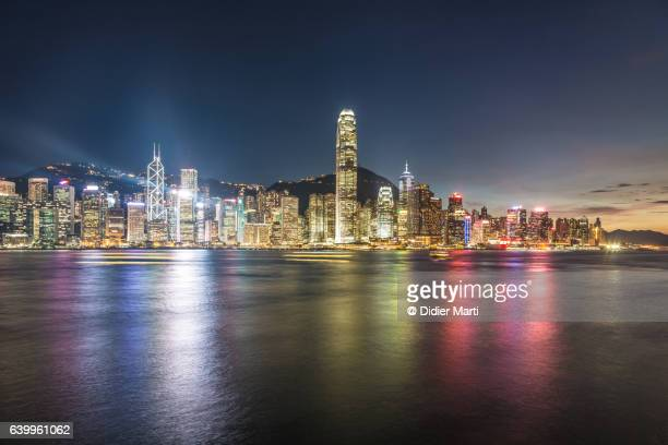 stunning hong kong island skyline at dusk across the vi - beverly hills foto e immagini stock