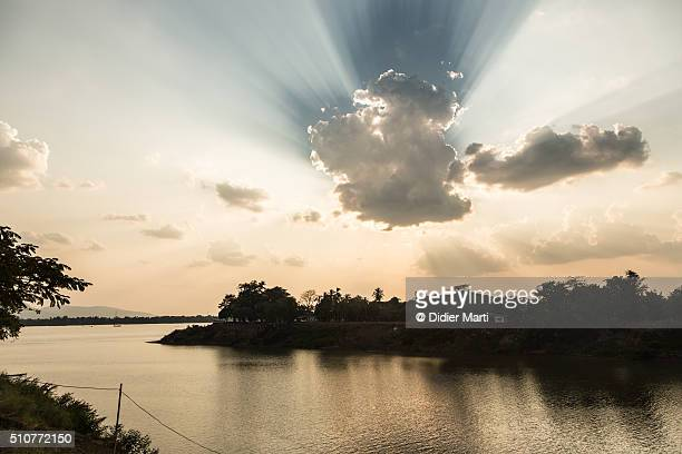 stunning light over the xe don and the mekong rivers in pakse - didier marti stock-fotos und bilder