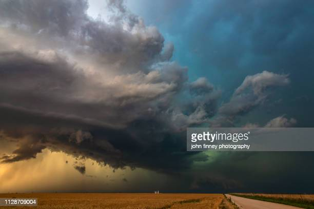 a stunning looking severe hail storm works its way across kansas, usa - nube temporalesca foto e immagini stock