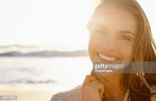 Atemberaubenden Lächeln bei Sonnenuntergang