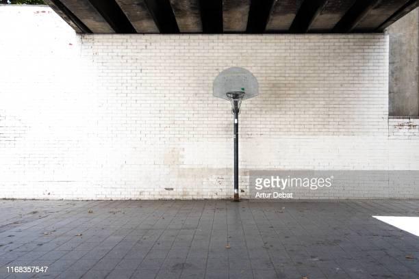 stunning urban basketball court in barcelona city. - pared fotografías e imágenes de stock