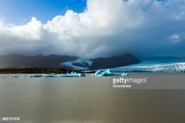 Prachtig uitzicht over de ijsbergen in glacier lagoon