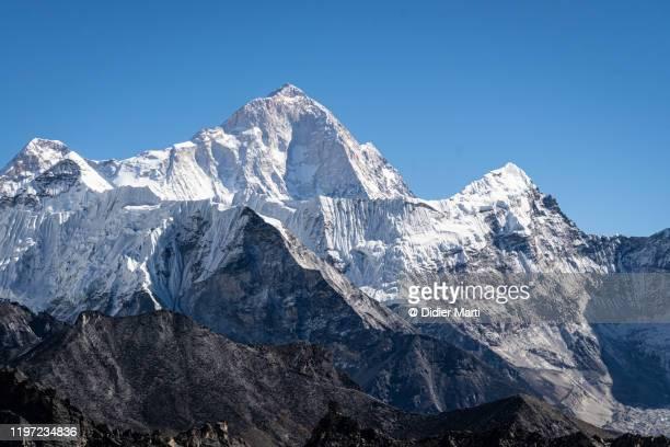 stunning view of makalu summit in nepal - alto descripción física fotografías e imágenes de stock
