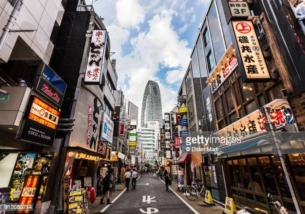 stunning view of the entertainment district at the foot of the skyscrapers of shinjuku in tokyo - japón fotografías e imágenes de stock