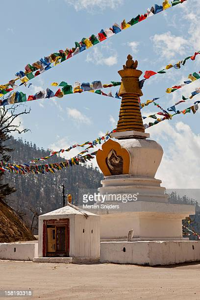 stupa at junction past dungdungneysa - merten snijders stock pictures, royalty-free photos & images