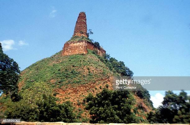 Stupa, Buddhist shrine, Abeygyriya, Sri Lanka.