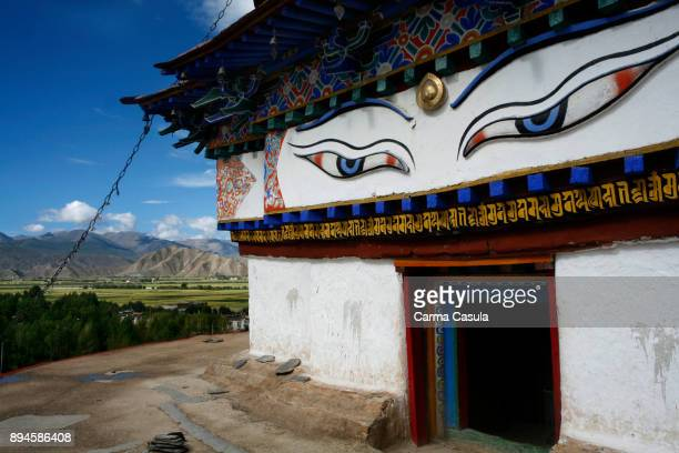 stupa of the monastery of pelkhor chode in gyantse, tibet, - chode picture stock photos and pictures