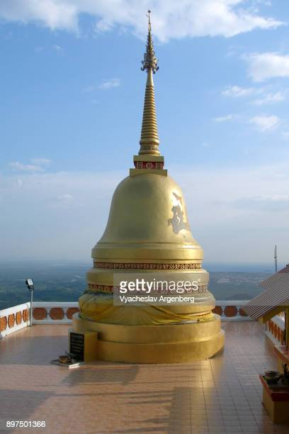 stupa of tiger cave temple, buddhist hilltop temple northeast of krabi, thailand - argenberg stock pictures, royalty-free photos & images