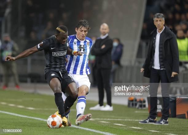Sturm Graz's Ivorian forward Dogbole Niangbo and Real Sociedad's Spanish midfielder Asier Illarramendi vie for the ball during the UEFA Europa League...