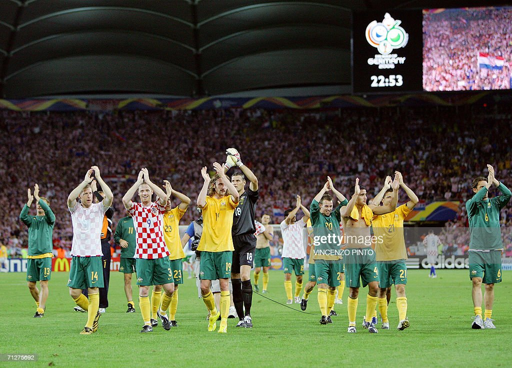 Australian players jubilate at the end o : News Photo