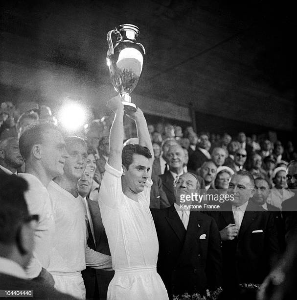 Stuttgart The Real Madrid's captain ZARRAGA brandished the Europe Cup to the public On his left Alfredo DI STEFANO The Real Madrid beat Reims by 20...