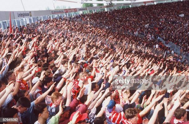 1 BUNDESLIGA 94/95 Stuttgart VFB STUTTGART FC BAYERN MUENCHEN 02 FANS/ZUSCHAUER LA OLA WELLE