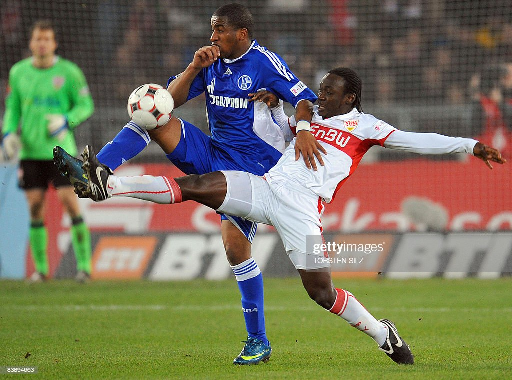 DFL. Stuttgart's Ivorian defender Arthur Boka 5r° VIES WITH Schalke's Peruvian striker Jefferson Farfan during their German first division Bundesliga football match VfB Stuttgart vs Schalke 04 on November 30, 2008 in Stuttgart.