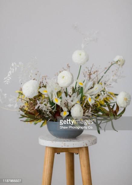 styled mid century modern wedding tablescape in warehouse - composizione di fiori foto e immagini stock